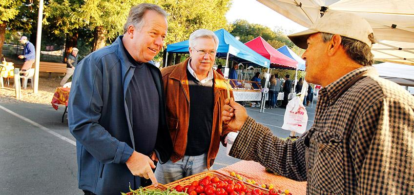 Senator Dodd at the Farmers Market